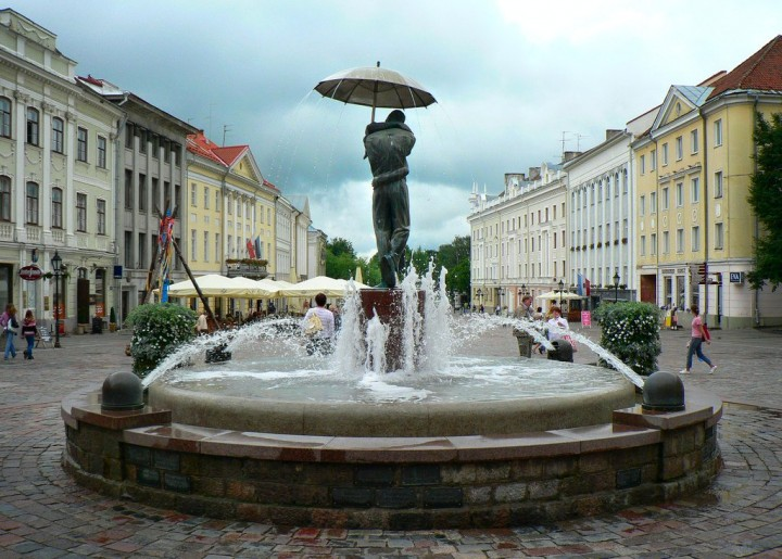 Kissing Students fountain, Tartu, Most beautiful cities and towns in Estonia