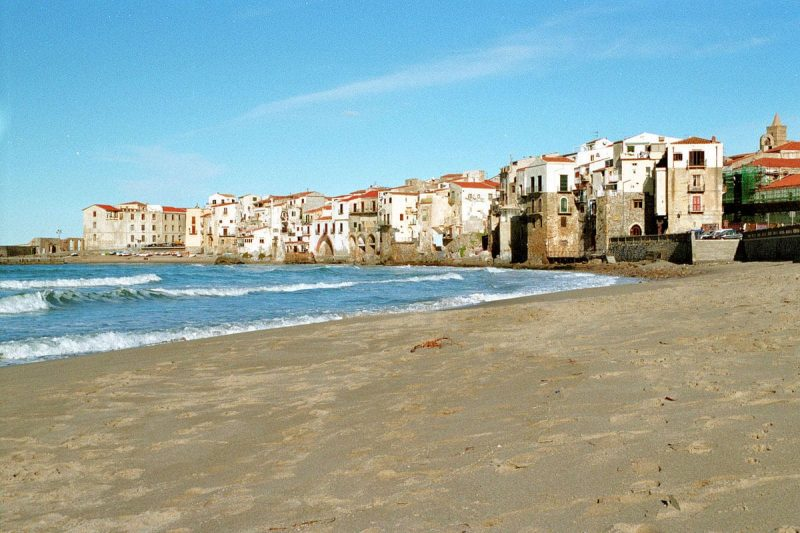 Visit the beach of Cefalu